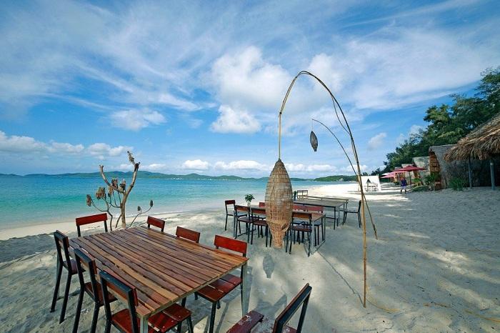 Tại bãi biển Vàn Chảy Cô Tô cũng có những khu phục vụ những món ăn hấp dẫn ngay tại biển